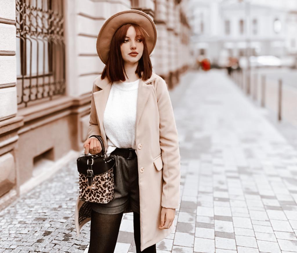 Frau mit Hut und Handtasche auf der Straße