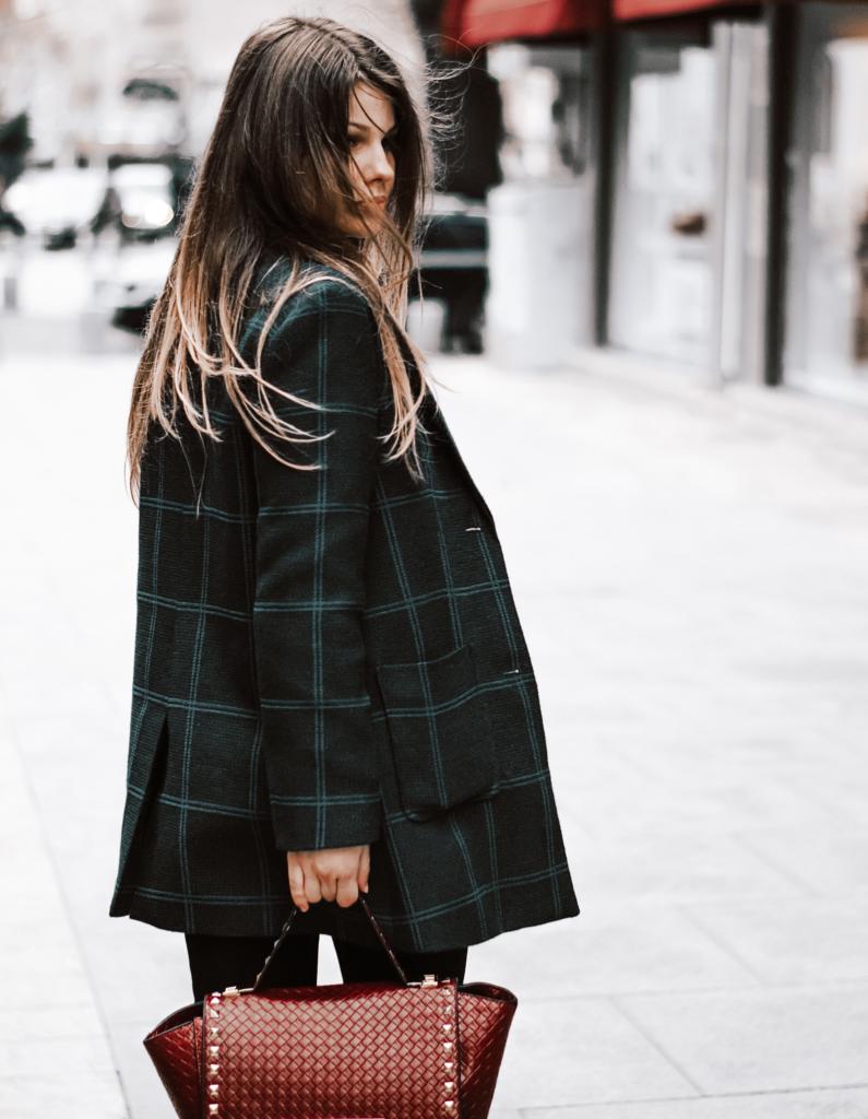 Frau laufend in der Stadt