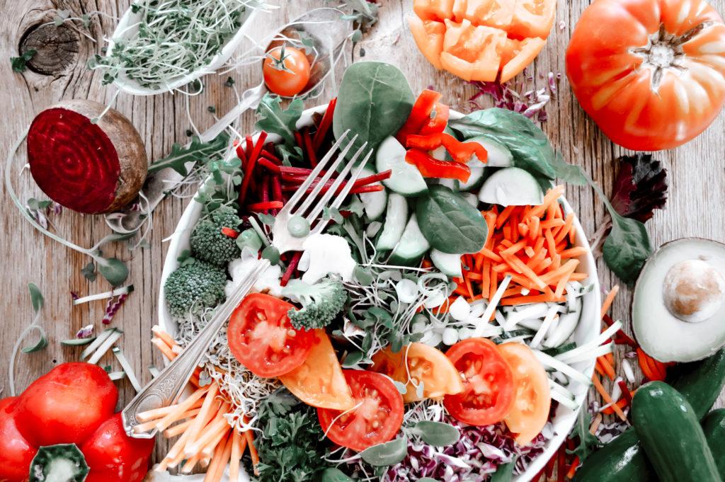 Teller mit verschiedenem Gemüse