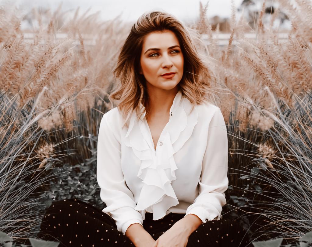 Frau sitzend im Gras
